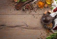 Kräuter und Gewürze auf hölzerner Tabelle Lizenzfreie Stockfotos