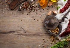 Kräuter und Gewürze auf hölzerner Tabelle Lizenzfreies Stockfoto