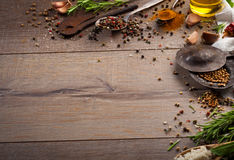 Kräuter und Gewürze auf hölzerner Tabelle Stockbild