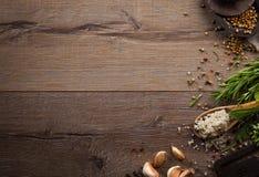 Kräuter und Gewürze auf hölzerner Tabelle Stockfoto