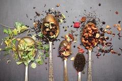 Kräuter- und masala Tee auf einer schwarzen Tafel Lizenzfreie Stockbilder