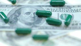 Kräuterkapseln auf Dollarbargeld Medizinische Finanzierung Gesundheitswesengeschäft stock footage