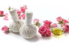 Kräuterkompressenbälle für Badekur mit rosafarbener Blume stockbild