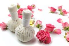 Kräuterkompressenbälle für Badekur mit rosafarbener Blume Lizenzfreies Stockbild
