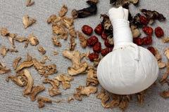 Kräuterkompressenball des weißen Stoffes Lizenzfreie Stockbilder