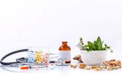 Kräutermedizin GEGEN chemische Medizin das alternative gesunde Auto lizenzfreies stockbild