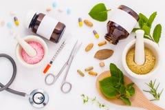 Kräutermedizin GEGEN chemische Medizin das alternative gesunde Auto stockbild