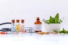 Kräutermedizin GEGEN chemische Medizin das alternative Gesundheitswesen lizenzfreie stockfotos
