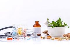 Kräutermedizin GEGEN chemische Medizin die Alternative gesund lizenzfreie stockbilder