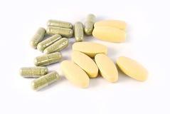 Kräutermedizinkapseln und Vitamin Ctabletten Lizenzfreie Stockfotos