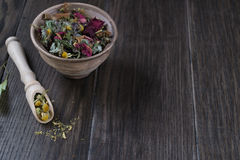 Kräuterteebestandteile auf Holztisch Stockbilder