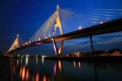 Królewiątka Bhumibol Mega most przy zmierzchem zdjęcia stock