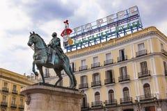 Królewiątka Carlos III Equestrian statuy Tio Pepe znak Puerta Del Zol M zdjęcia royalty free
