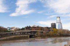 Królewiątka David centrum biznesu w centrum Tbilisi & siedziba Nowożytny budynek przegapia Kura rzekę i most fotografia royalty free