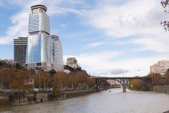 Królewiątka David centrum biznesu w centrum Tbilisi & siedziba Nowożytny budynek przegapia Kura rzekę i most zdjęcie stock