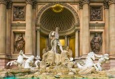 Królewiątka Neptune fontanna przy forum sklepami zdjęcia stock