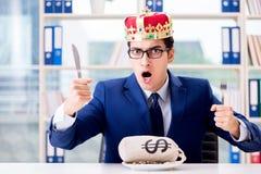Królewiątko biznesmen z pieniądze workiem w biurze Obrazy Stock