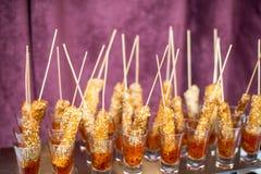 Królewiątko krewetka słuzyć z kumberlandem i cytryną Krewetka z glassin pomidorowym kumberlandem zdjęcie stock