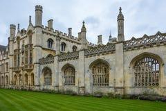 Królewiątko szkoły wyższa budynek w Cambridge z chmurnym niebem obrazy royalty free