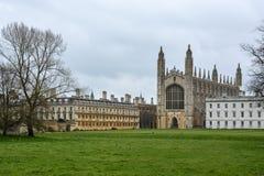 Królewiątko szkoły wyższa budynek w Cambridge z chmurnym niebem fotografia stock