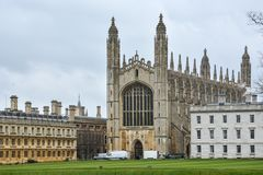 Królewiątko szkoły wyższa budynek w Cambridge z chmurnym niebem obraz stock