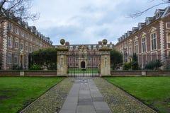 Królewiątko szkoły wyższa budynek w Cambridge z chmurnym niebem i bramą zdjęcie royalty free