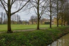 Królewiątko szkoły wyższa ziemie w Cambridge z chmurnym niebem zdjęcia royalty free