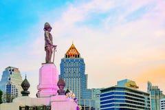 Królewiątka Rama VI statua przy i hotele w tle Obraz Stock