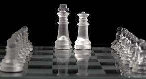 Królewiątko i królowa na szklanej szachowej desce Obraz Royalty Free