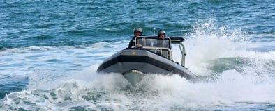 Królewscy Nowa Zelandia marynarki wojennej żeglarzi jadą Zodiak Wyłuskującego inflat fotografia royalty free