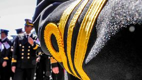 Królewscy Tajlandzcy marynarka wojenna oficery w czerń mundurze przygotowywają dla łączącej marynarki wojennej parady obrazy royalty free