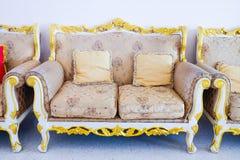Królewska kanapa z poduszkami w beżowy luksusowym Zdjęcie Stock