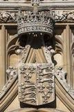 Królewska korona i żakiet ręki przy królewiątko szkołą wyższa w Cambridge Zdjęcie Royalty Free