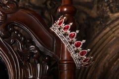 Królewska korona z czerwonymi klejnotami Rubin, garnet Symbol władza i władza obraz stock