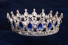 Królewska korona z szafirami, luksusowy retro styl Obraz Royalty Free