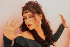 Królewska Przyglądająca wspaniała Indiańska dziewczyna zdjęcie stock