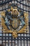 Królewski żakiet ręki na buckingham palace bramach Obrazy Royalty Free