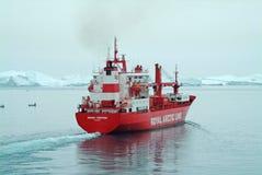 Królewski Arktyczny Kreskowy zaopatrzeniowy statek utrzymuje Greenland społeczności karmić i tankujący Zdjęcie Stock