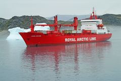 Królewski Arktyczny Kreskowy zaopatrzeniowy statek utrzymuje Greenland społeczności karmić i tankujący Zdjęcia Stock