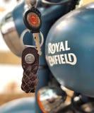Królewski Enfield jechać na rowerze w India fotografia stock