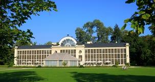 Królewski Lazienki park w Warszawa, Polska - jesień barwi †'Nowy oranżeria pawilon zdjęcie wideo