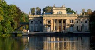 Królewski Lazienki park w Warszawa, Polska - jesień barwi †'pałac na wyspie zbiory wideo