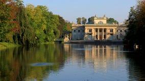 Królewski Lazienki park w Warszawa, Polska - jesień barwi †'pałac na wyspie zdjęcie wideo