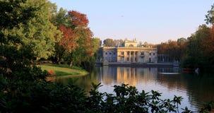 Królewski Lazienki park w Warszawa, Polska - jesień barwi †'pałac na wyspie zbiory