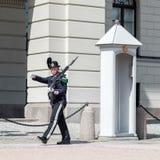 Królewski strażowy na zewnątrz pałac królewskiego w Oslo Obraz Stock
