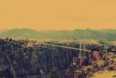 Królewski wąwozu most i park - zawieszenie most nad wąskim jarem Arkansas rzeka w Kolorado z górami w backgro obraz stock