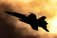 Królewskiego australijczyka siły powietrzne RAAF Boeing F/A-18F Super szerszenia multirole myśliwiec sylwetkowy przeciw zmierzcho zdjęcia stock