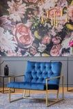 Królewskiego błękita karło z złoto ramy pozycją na dywanie w realu p zdjęcie stock
