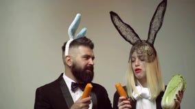 Królików ucho pojęcie z królik parą Heppy Easter para Królik kobiety i mężczyzny niespodzianka zbiory wideo
