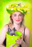 królik dziewczyny gospodarstwa wiosna obraz royalty free